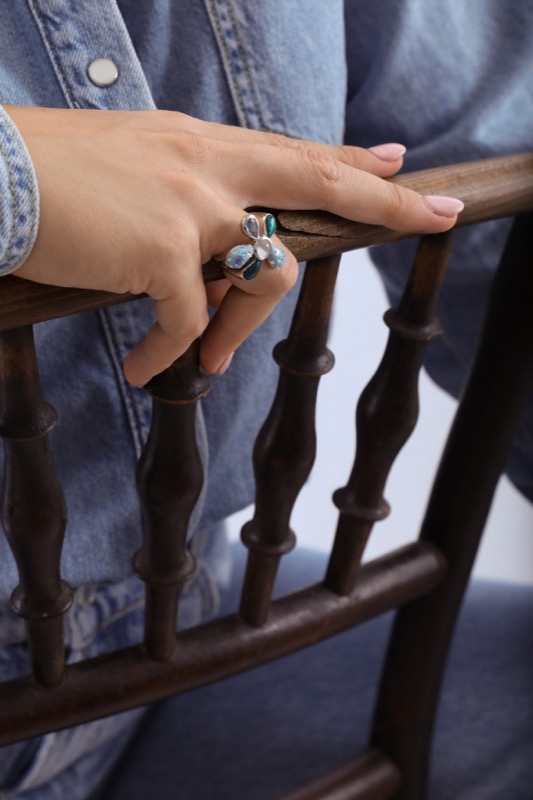 anillo_plata de ley_resina_circonitas_flor_blanca_azul_seyart_3