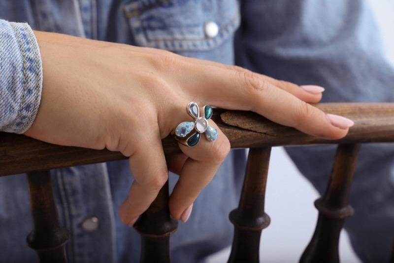 anillo_plata de ley_resina_circonitas_flor_blanca_azul_seyart_4