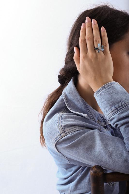 anillo_plata de ley_resina_circonitas_flor_blanca_azul_seyart_6