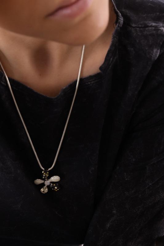 collar_flor_plata de ley_negro_miel_blanco_cadena de plata_seyart_6