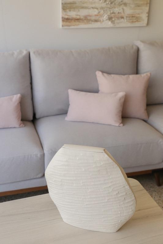 jarron_decorativo_ceramica_blanco_estrecho_relieve_seyart_3