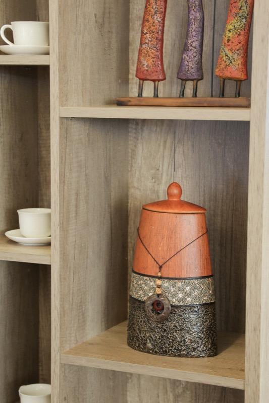 jarron_decorativo_ceramica_madera_marron_naranja_africano_pequeño_seyart_4