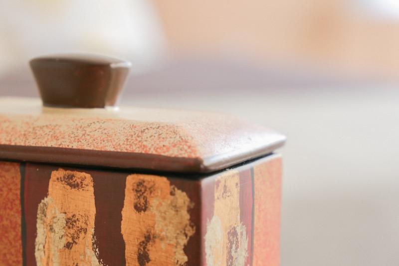 jarron_decorativo_ceramica_naranja_marron_pintura_cuadrado_japones_seyart_5