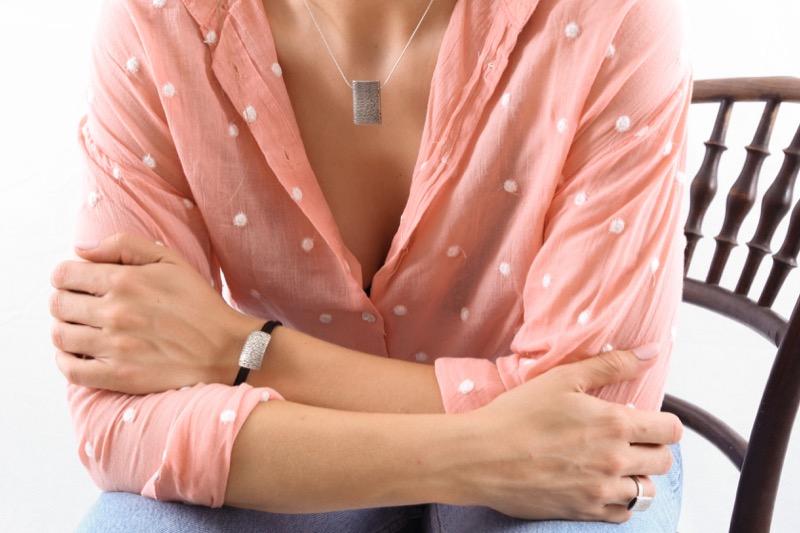 pulsera_plata de ley_cuero_cabello_placa_joyeria de autor_seyart_5